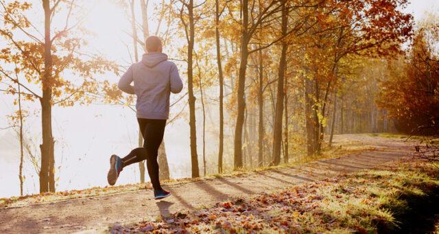 Man springer i hösten